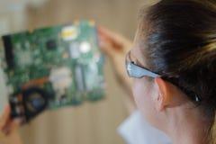 En kvinnlig datortekniker på arbete Royaltyfria Bilder