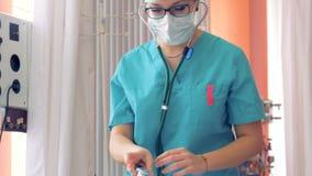 En kvinnlig doktor med en stetoskop lyssnar till en tålmodig andedräkt för ` s stock video