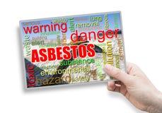 En kvinnlig hand som rymmer ett kort med asbesttema arkivbilder