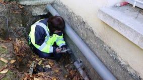 En kvinnlig rörmokare gör att mäta vattenrör för utbyte stock video