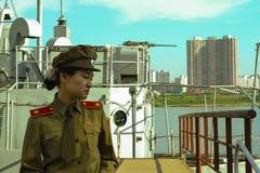 En kvinnlig soldat av armén för folk` s av Korea i den Pyongyang staden, huvudstaden av Nordkorea Arkivfoton
