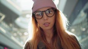 En kvinnlig stående för ung hipster i den stora gallerian sun royaltyfria bilder