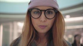 En kvinnlig stående för ung hipster i lagret royaltyfri fotografi