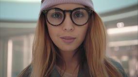 En kvinnlig stående för ung hipster i lagret royaltyfria bilder