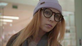 En kvinnlig stående för ung hipster i lagret nära shoppar fönster royaltyfria foton