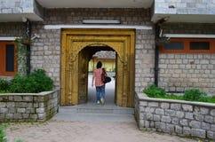 En kvinnlig turist som skriver in in i det Bhimakali tempelkomplexet i Sarahan, Himachal, Indien Arkivbild