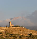 En kyrka över kullen Arkivfoton