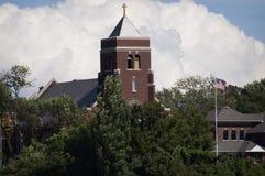 En kyrka i den södra tillflyktsorten, MI med djärva moln Royaltyfri Fotografi