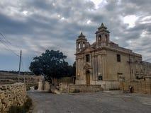En kyrka i en molnig dag fotografering för bildbyråer