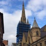 En kyrka i Sheffield med materialet till byggnadsställning på Arkivbilder
