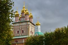En kyrka med ett Golden Dome, Moskva Ryssland royaltyfria foton