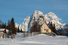 En kyrka mellan bergen Arkivbild