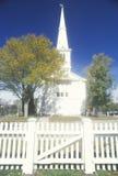 En kyrka och en kyrkogård i lilla Compton Rhode Island arkivbild