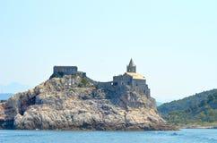 En kyrka och en fästning på en stenig ö arkivfoto