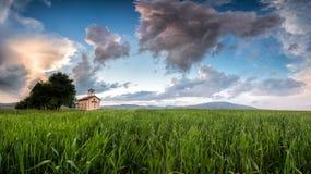 En kyrka på en äng Royaltyfria Bilder