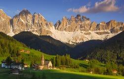 En kyrka på en landskap royaltyfri fotografi