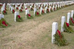 En kyrkogård mycket av veteran som minns med en krans arkivfoto