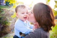 En kyss på kinden royaltyfri foto