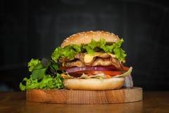 En läcker hamburgare med bacon Fotografering för Bildbyråer