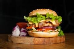En läcker hamburgare med bacon Royaltyfri Foto