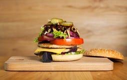 En läcker hamburgare med den borttagna överkanten Arkivfoton