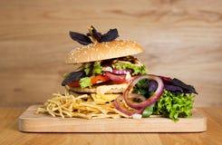 En läcker hamburgare med två kotletter Royaltyfria Bilder