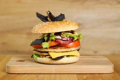 En läcker hamburgare med två kotletter Arkivbilder