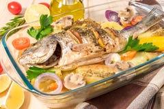 En läcker hel bakad fisk Fotografering för Bildbyråer