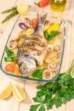 En läcker hel bakad fisk Arkivfoton