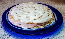 En läcker hemlagad kaka Kaka med kräm då och då hemlagat royaltyfria foton