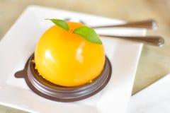 En läcker orange kaka i en coffee shop arkivfoto