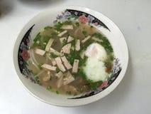 En läcker vietnamesisk risnudelsoppa royaltyfria foton