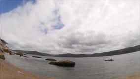 En längd i fot räknat för Tid schackningsperiod av molnig himmel på Palm Beach Sydney, New South Wales lager videofilmer
