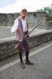 En lärlingpojke med hans musköt som beträffande-antar försvaret av väggarna av den jungfru- staden under belägringen av Derry 168 Fotografering för Bildbyråer