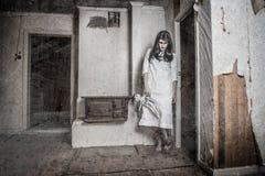 En läskig spökeflicka Arkivbild
