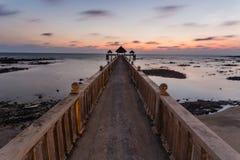 En lång exponeringsbild av guld- soluppgång med stenbryggan Fotografering för Bildbyråer
