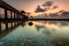 En lång exponeringsbild av guld- soluppgång med stenbryggan med Fotografering för Bildbyråer