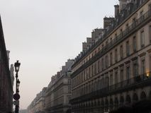 En lång gata i den huvudsakliga delen av Paris royaltyfri fotografi