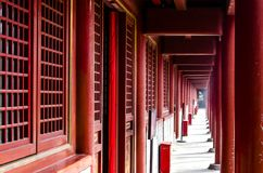 En lång korridor i templet arkivbild