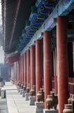 En lång korridor i templet royaltyfri foto