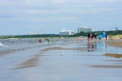 En lång sandig strand på Östersjön Royaltyfri Bild