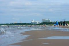 En lång sandig strand på Östersjön Arkivfoto
