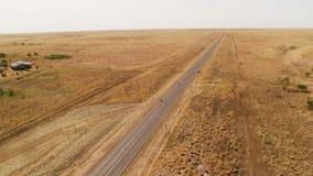 En lång väg och ett brunt land med horisonten lager videofilmer