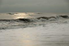 En lång våg går till kusten Arkivfoto