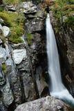 En lång vattenfall Arkivfoton