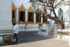 En l'ombre du tempel (Wat Bowonniwet - Bangkok - Thaïlande) Royaltyfri Bild