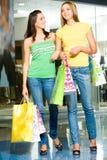 En la alameda de compras Imagenes de archivo