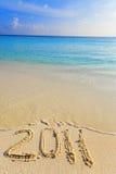En la arena en el borde del océano se escribe 2011 Fotografía de archivo libre de regalías