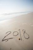 2018 en la arena en la playa Fotografía de archivo