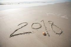 2018 en la arena en la playa Imágenes de archivo libres de regalías